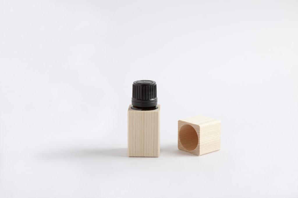 木箱入りエッセンシャルオイル